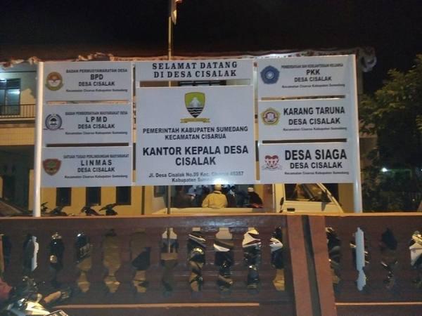 Plang kantor Desa Cisalak (foto: facebook Apip Hadi Susanto)