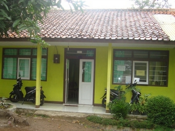 Bangunan kantor Desa Sekarwangi pada tahun 2010 (foto oleh KKNM Unpad 2011)