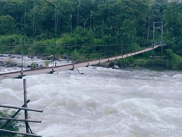 Jembatan gantung melintasi aliran Sungai Cimanuk