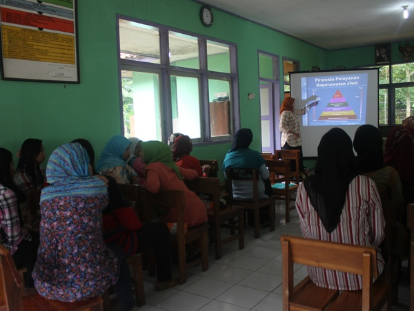 Salah satu kegiatan di balai Desa Cilopang (foto: KKNM Unpad Cilopang)