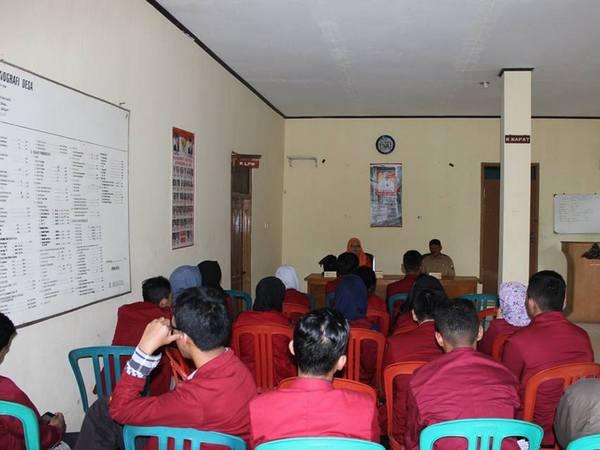 Kegiatan di Balai Desa Cinanjung (foto: facebook Revita Yanuarsari)