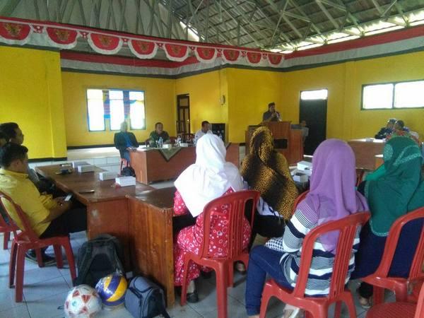 Kegiatan di Balai Desa (foto: Yun Yuningsih)