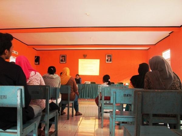 Salah satu kegiatan di Kantor Desa Karangheuleut (foto: KKNM Unpad Karangheuleut)