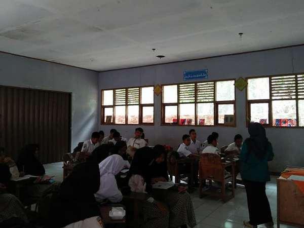 Kegiatan siswa di kelas (foto: facebook)
