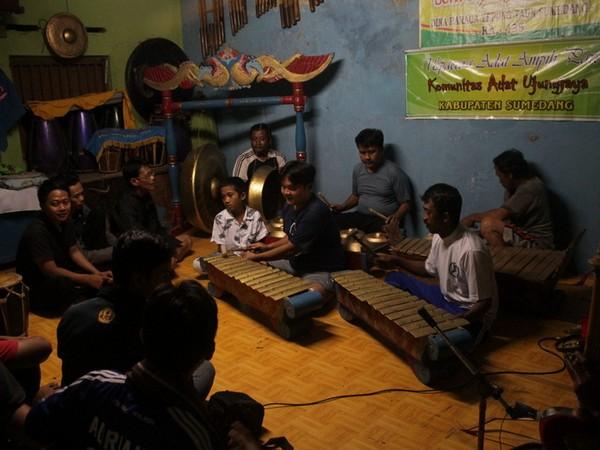 Salah satu kegiatan Layung Sari Wa Kancil Grup (foto oleh KKNM Unpad 2014 Cipelang)