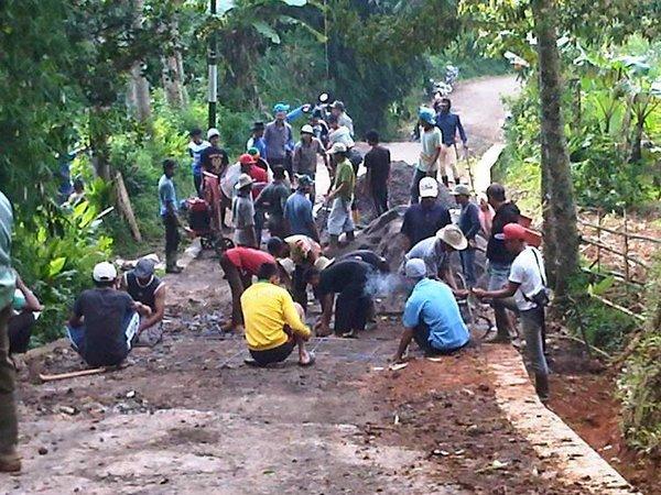 Kegiatan masyarakat bergotong royong (foto: facebook Kades Cibugel Sumedang)