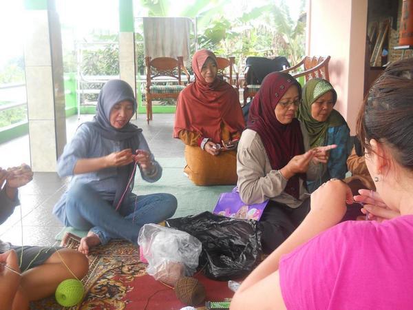 Ibu-ibu sedang melaksanakan kegiatan merajut (foto oleh facebook Saung Mimitran)