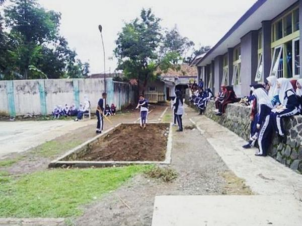 Salah satu kegiatan siswa di SMA Negeri 1 Situraja, mengadakan pekan olahraga antar kelas (PORAK) (foto: instagram @smantura37)