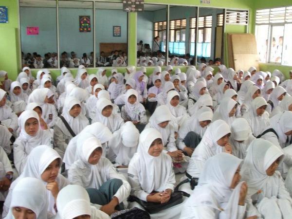 Siswa SMAN Darmaraja mengikuti kegiatan di sekolah (foto: facebook SMAN Darmaraja)