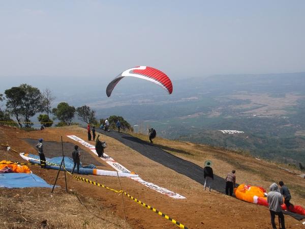 Kejuaraan paralayang di Batu Dua Desa Linggajaya