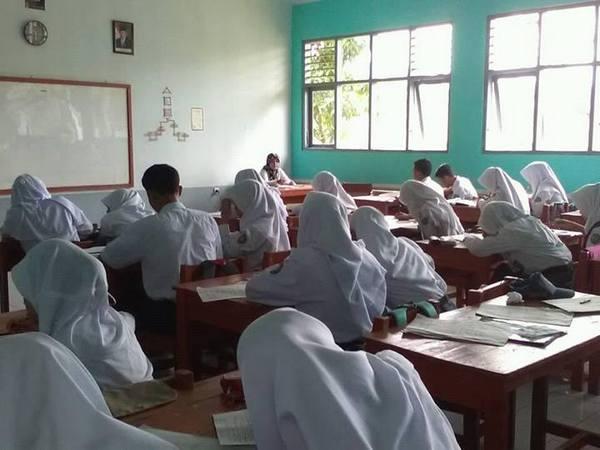 Kegiatan di kelas (foto: facebook SMAN Cimanggung)
