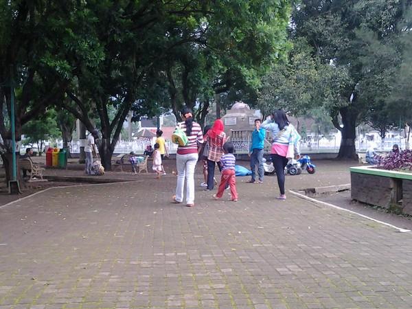 Keluarga yang lagi berekreasi di Alun-alun Sumedang