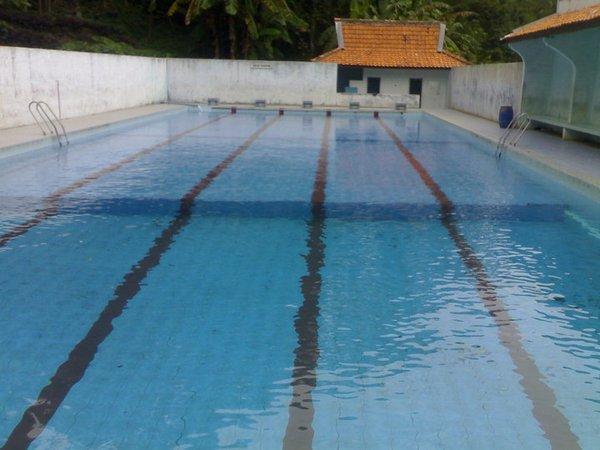 Kolam renang dengan air yang jernih (foto: facebook Wana Wisata Cigirang)