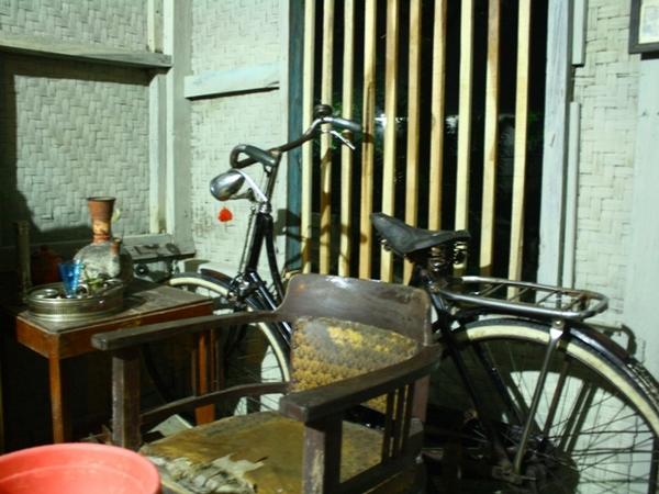 Berbagai koleksi yang ada di Rumah Buhun Desa Sekarwangi (foto: KKNM Unpad)