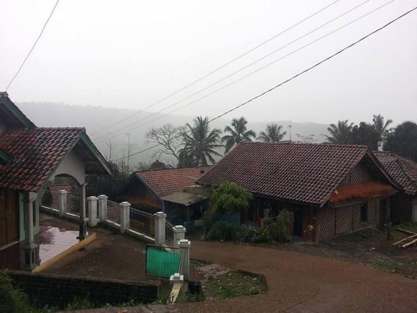 Salah satu sudut perkampungan di Desa Cimungkal (foto: facebook Asep Sofian)