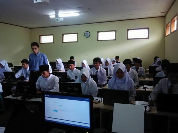 Kegiatan di lab. komputer (foto: facebook)