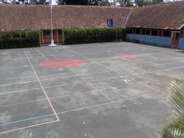 Lapangan Olahraga dan Lapangan Upacara (foto: facebook SMAN Darmaraja)