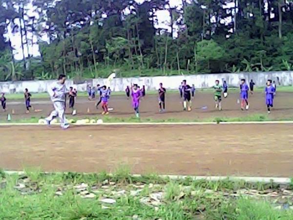 Lapangan Cigugur dipergunakan sebagai tempat latihan olahraga (foto: facebook Tatang Nurfatwa)