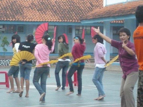 Latihan menari (foto: facebook Gentra Maya Sumedang)
