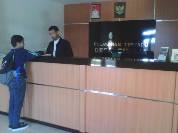 Layanan di Kantor Desa Cimuja (foto: Korsum)
