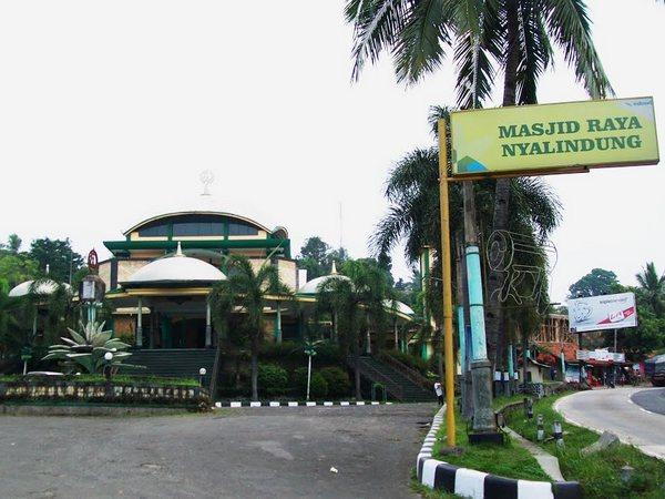 Lokasi masjid di pinggir jalan raya Sumedang - Cirebon