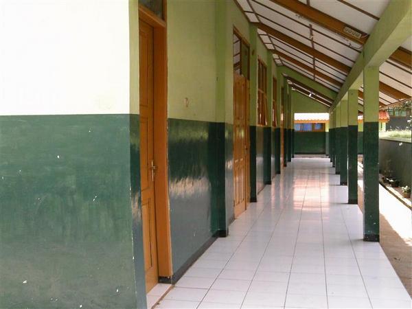 Lorong depan kelas (sumber: Referensi Data Kemendikbud)