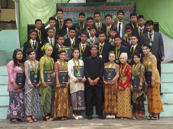 Sebagian lulusan SMK PPN Sumedang (foto: facebook SMK PPN Sumedang)