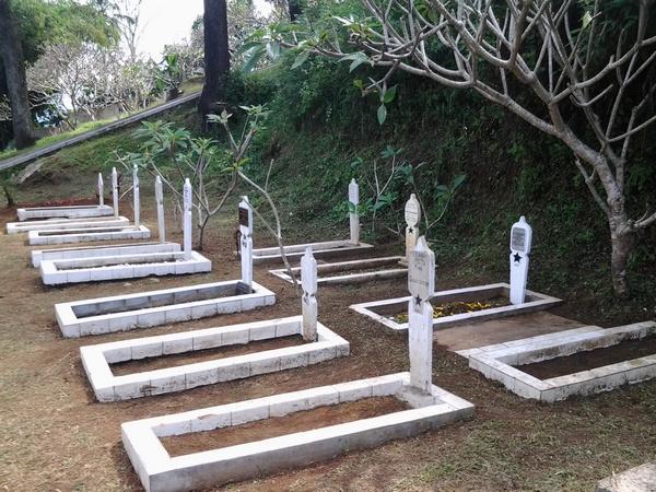 Beberapa buah makam pahlawan di TMP Cimayor