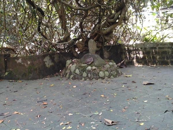 Makam yang lokasinya paling atas dekat gerbang masuk