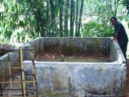 Makam di pinggir sungai Cimanuk (foto: Tribun News)