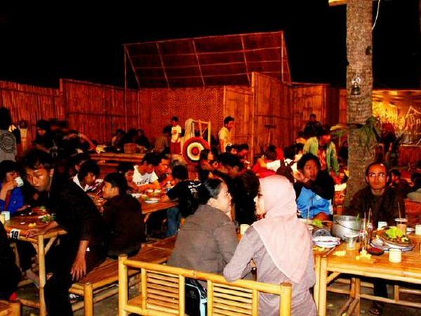 Makan bersama di Kampung Tahu (foto: Kampung Tahu)
