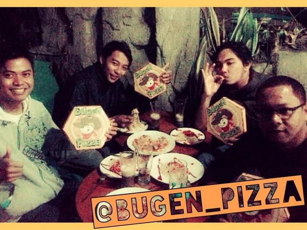 Makan pizza bersama