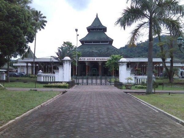 Masjid Agung Sumedang dilihat dari Alun-alun Sumedang