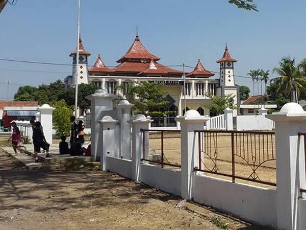 Masjid Besar Kecamatan Conggeang dari Alun-alun (foto: facebook Anne Sari)