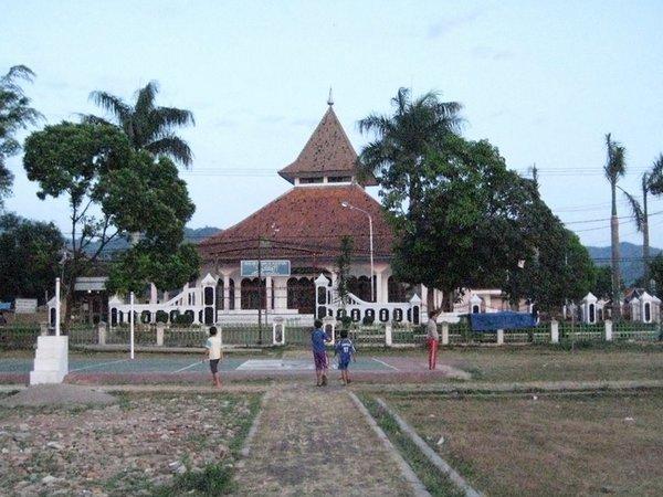 Masjid Besar Darmaraja dari Alun-alun (foto: internet)