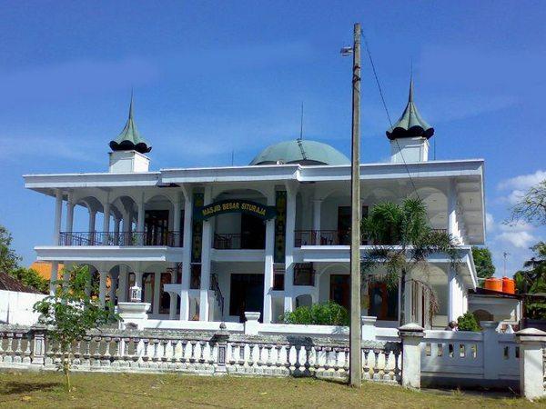Masjid Besar Situraja dari Alun-alun Situraja (foto: flikr ayra_jawa6)
