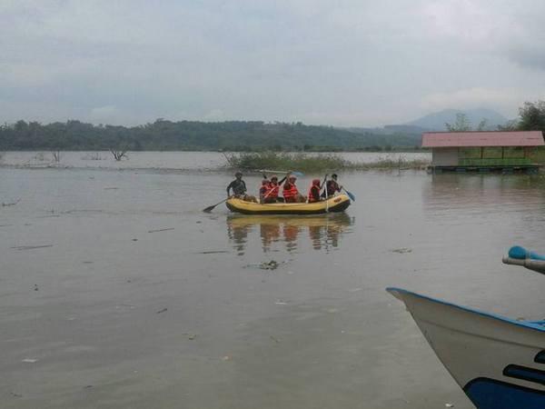 Mendayung di Jatigede (foto: facebook Zenni Bima)