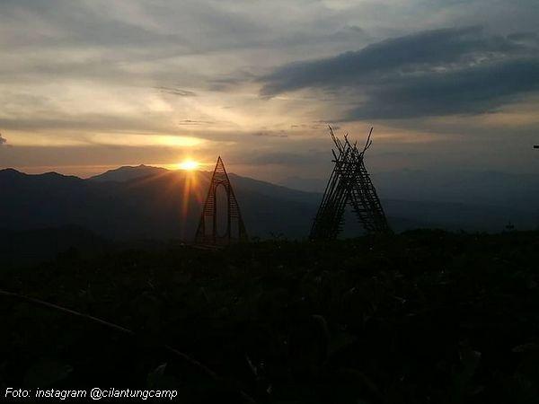 Menikmati suasana senja di Cilantung Camp