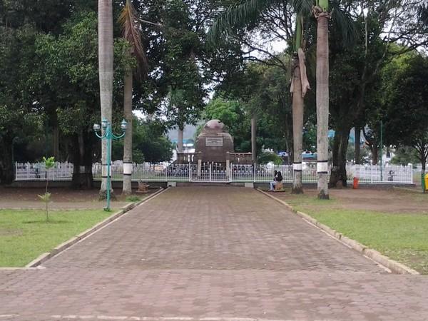 Monumen Lingga berdiri kokoh di tengah Alun-alun Sumedang