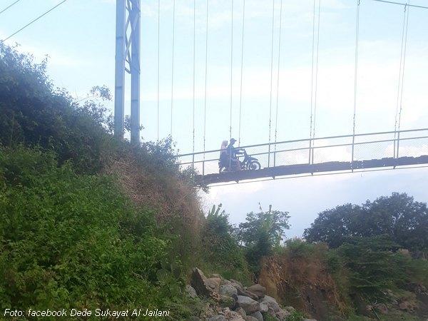 Jembatan dilintasi sepeda motor