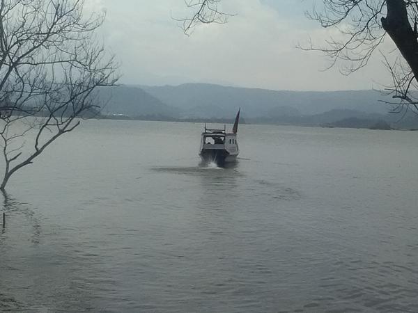 Naik perahu di Curug Mas (foto: g+ usep ruhdiana)
