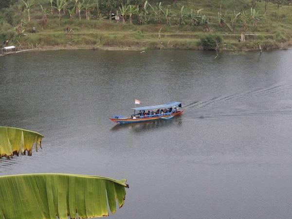 Naik perahu motor (foto: facebook Doni Irwandy)