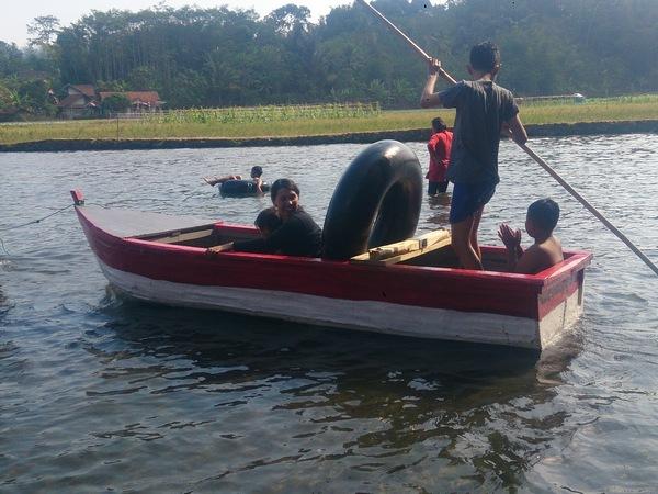 Naik wahana perahu (foto: g+ jajat nurc)