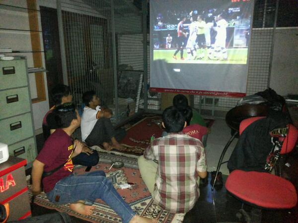Nonton bareng pertandingan AS Roma (foto: twitter @RCI_Sumedang)