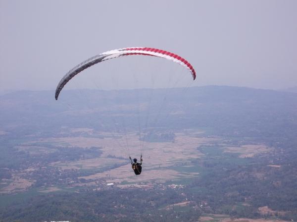 Altet paralayang terbang dari Batu Dua