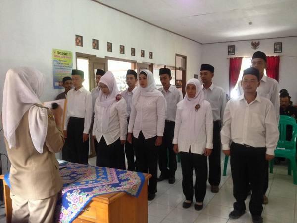 Pelantikan aparat Desa Cisampih (foto: facebook Kecamatan Jatigede)