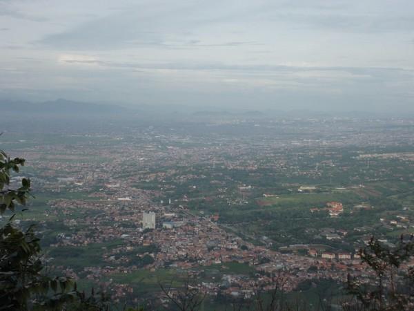 Pemandangan wilayah Jatinagor dari puncak Gunung Geulis (foto: Balada Asmoro Laut)