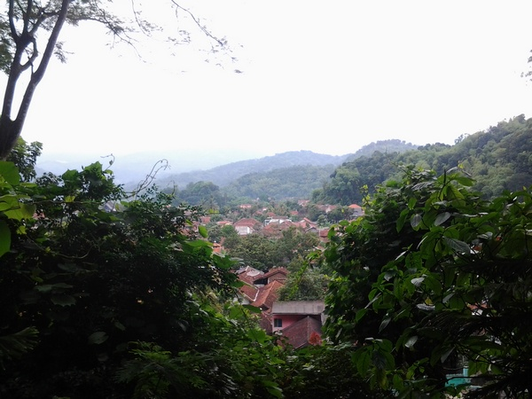 Pemandangan kota Sumedang dari atas Gunung Kunci