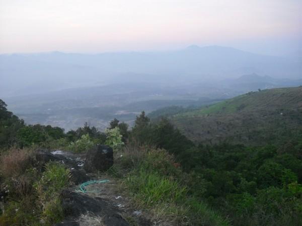 Pemandangan dari puncak Gunung Karang (foto: Wisata Kasumedangan)