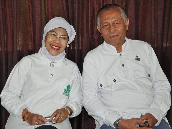 Pak Toto dan istri sebagai pemilik dan pengelola (foto: Togapuri)